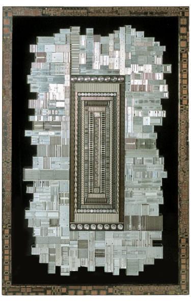 """Chargement de """"THX"""" : sculpture murale cybertrash de Rémy Tassou. Vue principale"""