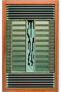 """Œuvre nommée """"Clear"""" : sculpture murale cybertrash du sculpteur Rémy Tassou. Vue principale."""