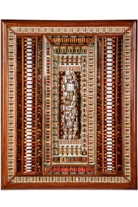 """Œuvre nommée """"Master"""" : sculpture murale cybertrash du sculpteur Rémy Tassou. Vue principale."""