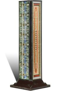 """Œuvre nommée """"Médium"""" : sculpture cybertrash (totem) du sculpteur Rémy Tassou. Vue principale."""