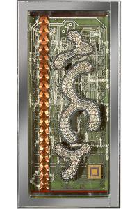 """Œuvre nommée """"Biopuce"""" : sculpture murale cybertrash du sculpteur Rémy Tassou. Vue principale."""