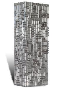 """Œuvre nommée """"Naspter"""": sculpture cybertrash (totem) de Rémy Tassou (Vue principale)."""