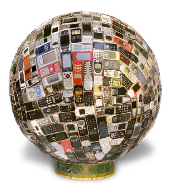"""Œuvre nommée """"TI50"""" : sculpture murale cybertrash du sculpteur Rémy Tassou pour les 50 ans de Texas Instrument en Europe. Vue principale."""
