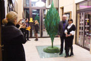 Tassou avec Mme Laurence Barbero devant la sculpture B. Tree.