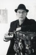 Portrait Rémy Tassou avec un Polaroid