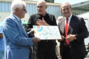 Tassou présente sa plaque, entouré de M. Maxime Coullet président du Sivades (à gauche) et du Maire de Grasse M. Jean-Pierre Leleux (à droite)