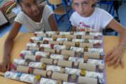 Réalisation d'élèves à base de bouchons en lièges, capsules de bouteilles et rouleaux de papier toilettes