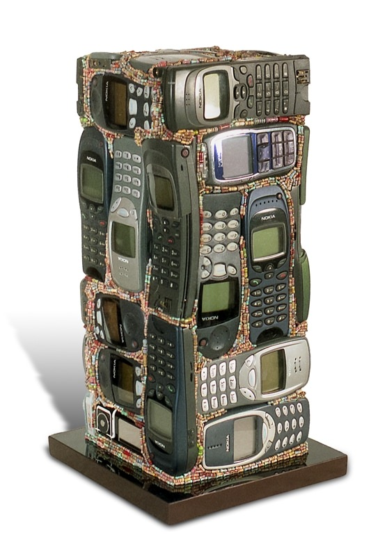 """Œuvre nommée """"Nokia"""" : totem cybertrash de Rémy Tassou. Vue principale."""