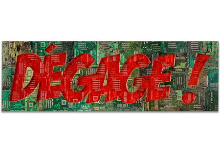 "Œuvre nommée ""Dégage"": totem Cybertrash de Rémy Tassou."