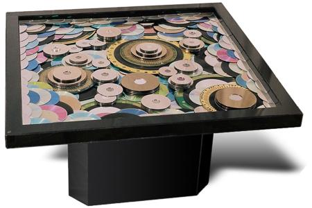 "Œuvre nommée ""Table basse"": totem Cybertrash de Rémy Tassou."