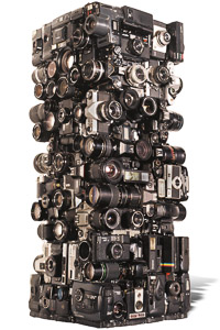 "Œuvre nommée ""Canon"": totem Cybertrash de Rémy Tassou."