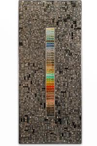 """Œuvre nommée """"Windbond"""" : sculpture murale cybertrash de Rémy Tassou."""