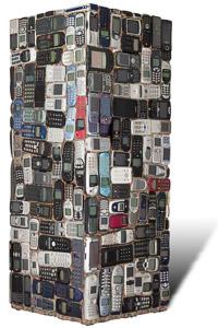 """œuvre nommée """"Motorola"""": totem cybertrash de Rémy Tassou. Vue d'un 3/4. (vue principale)"""
