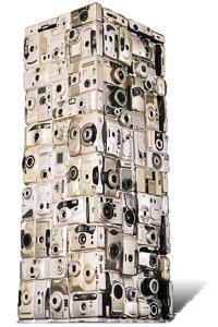 """Œuvre nommée """"Espio"""": totem cybertrash de Rémy Tassou. Vue de 3/4 (vue principale)"""