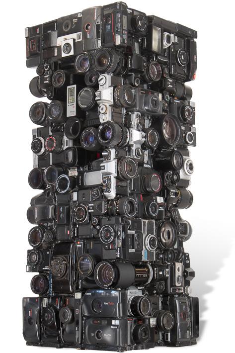 """Œuvre nommée """" Nikon """": totem Cybertrash de Rémy Tassou. Vue de 3/4. (vue principale)"""