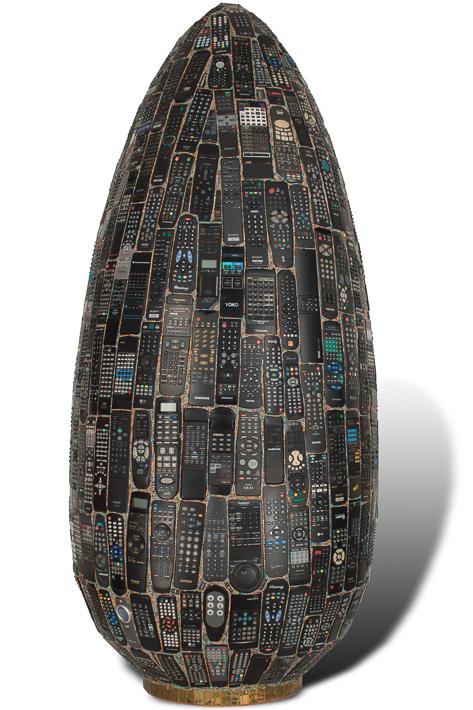 "Œuvre nommée ""Panasonix"" : totem cybertrash de Rémy Tassou."