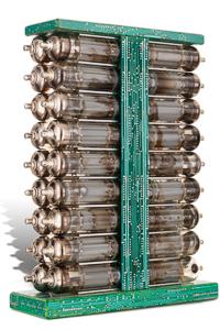 """Œuvre nommée """"Miniwatt"""" : totem cybertrash de Rémy Tassou. Vue d'un 3/4. (vue principale)"""