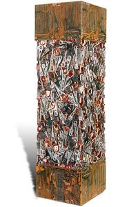 """Œuvre nommée """"Fortran"""" : totem cybertrash de Rémy Tassou. Vue sous un angle de rotation. (vue principale, vignette)"""