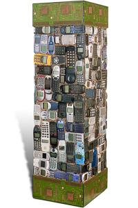 """Œuvre nommée """"Les téléphones imaginent la vie"""" : totem Cybertrash de Rémy Tassou. (vue principale, vignette)"""