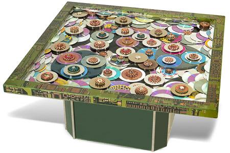 """Œuvre nommée """"Table Basse"""" : totem cybertrash de Rémy Tassou. Vue sous un angle de rotation. (vue principale, vignette)"""