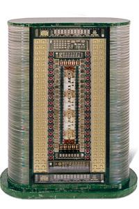 """Œuvre nommée """"Tape"""" : totem cybertrash de Rémy Tassou. Vue d'une face (vue principale)"""