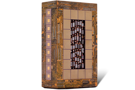 """Œuvre nommée """"Tesla"""" : totem cybertrash de Rémy Tassou. Vue de 3/4. (vue principale)"""