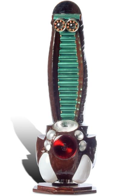 """Œuvre nommée """"Floppy"""" : sculpture cybertrash (totem) du sculpteur Rémy Tassou. Vue principale (vignette)"""