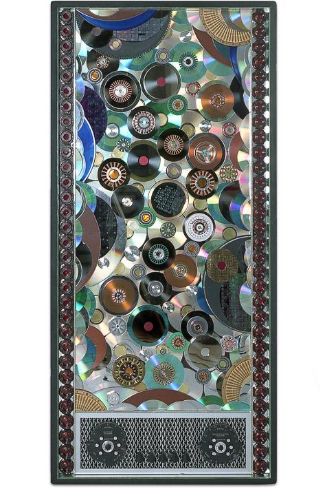 """Œuvre nommée """"Mobile"""" : sculpture murale cybertrash de Rémy Tassou. (vue principale, vignette)"""