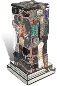 """Œuvre nommée """"Telecom"""" : totem cybertrash de Rémy Tassou. (vue de 3/4) (vue principale, vignette)"""
